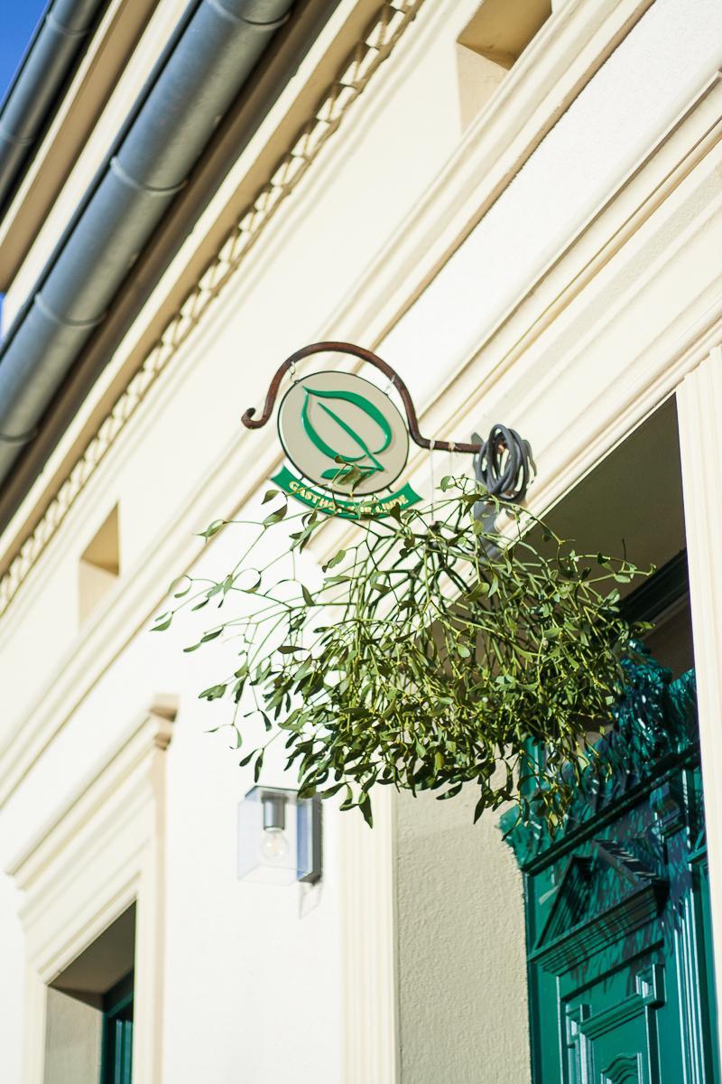 Gasthof zur Linde Wildenbruch Flaeming Eingang Mistelzweig | Pinspiration