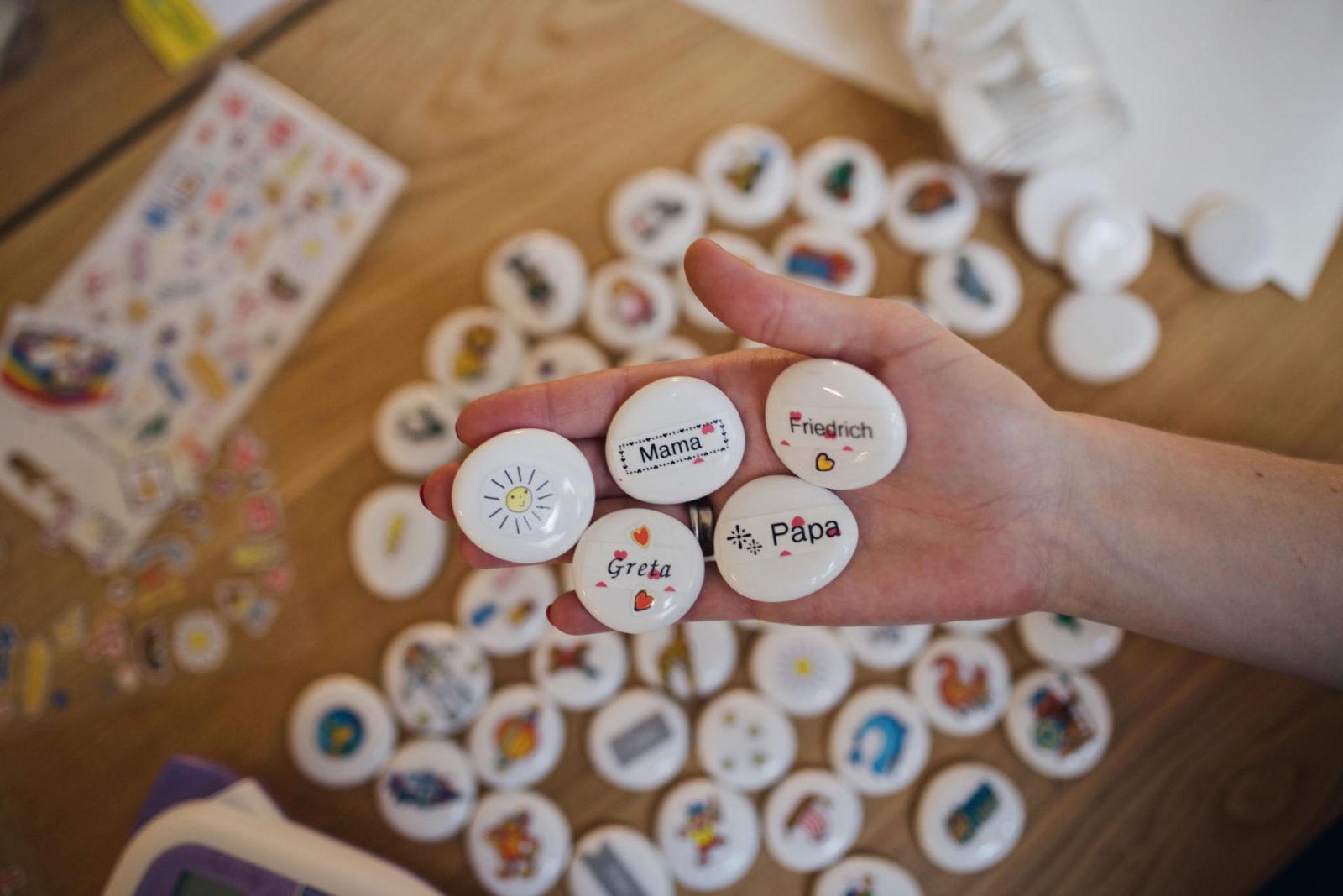 DIY-Erzählsteine für Kinder mit Stickern und Brother P-touch H200 Etiketten | Pinspiration