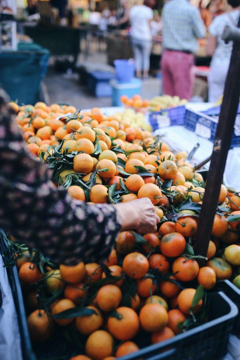 Auf den Wochenmärkten auf Mallorca werden alle Sinne glücklich In meinem Blogartikel Mallorca, Du hast neue Fans! Finca Leben und Inseltipps Teil 1 habe ich Euch in unsereüber 100 Jahre alte, neu renovierteFinca Cocotteim Osten nahe dem Örtchen Ariany mitgenommen und Mallorca Inseltipps für Strände und Restaurants gegeben. Das Tolle: Die Finca Plattform Fincallorca listet für alle Regionen und Wochentagemallorquinische Märkte. Vieles werdet ihr auf allen Märkten finden, daKünstler und Verkäufer mit ihren Ständen überall mit wandern. Ihr findet alles, was das Marktherz begehrt: Blumen, Pflanzen, Schmuck, Spielsachen, Mode & Schuhe wie die bekannten Espadrilles, Gestricktes (oft peruanische Kinderklamotten), Tücher, Stoffe, Kissen, Flechtware (Taschen und Körbe), Holzschnitzereien und andere Dekoartikel, Käse, Wurst (in Sineu auch der traditionelle Viehmarkt, den selbst wir als Fleischesser bedenklich finden), Obst, Gemüse, Gewürze, Süßigkeiten und vor allem frisch gebackene Backwaren ohne Ende.