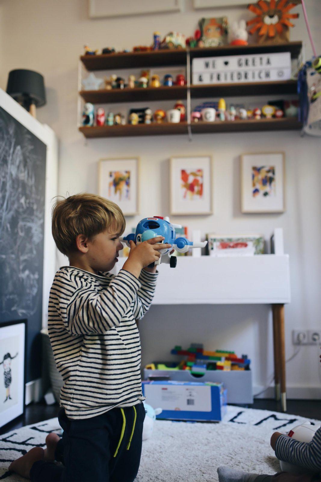 Wir fliegen bis zum Mond und den Sternen im neuen Kinderzimmer #FisherPrice #2in1TraumbärchenSpieluhr #LittlePeopleFlugzeug | Pinspiration.de