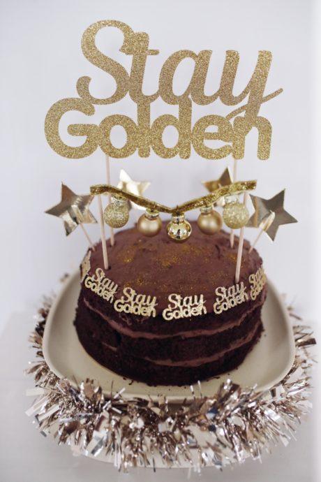 Kleine Torte – groß gedacht: ein goldener Dr. Oetker Naked Cake Schoko mit DIY Cake Topper | Pinspiration.de