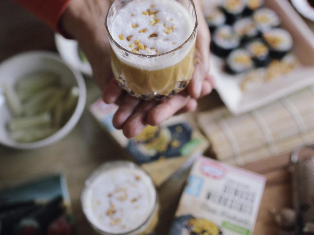 Genuss Werkstatt: Goldene Kürbis-Chai-Latte und Kürbis Sushi mit Mais Krokant | Pinspiration.de
