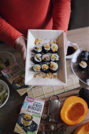 Genuss Werkstatt: Goldene Kürbis-Chai-Latte und Kürbis Sushi mit prickelndem Mais Krokant | Pinspiration.de