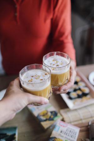 Genuss Werkstatt: Goldene Kürbis-Chai-Latte und Kürbis Sushi mit Mais Krokant   Pinspiration.de