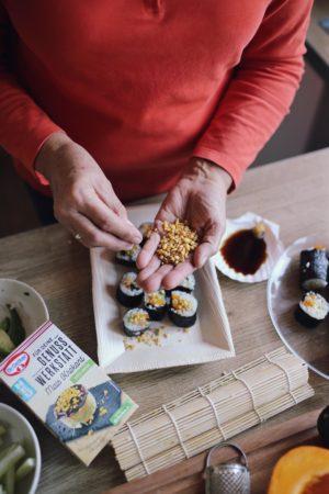 Genuss Werkstatt: Goldene Kürbis-Chai-Latte und Kürbis Sushi mit prickelndem Mais Krokant   Pinspiration.de