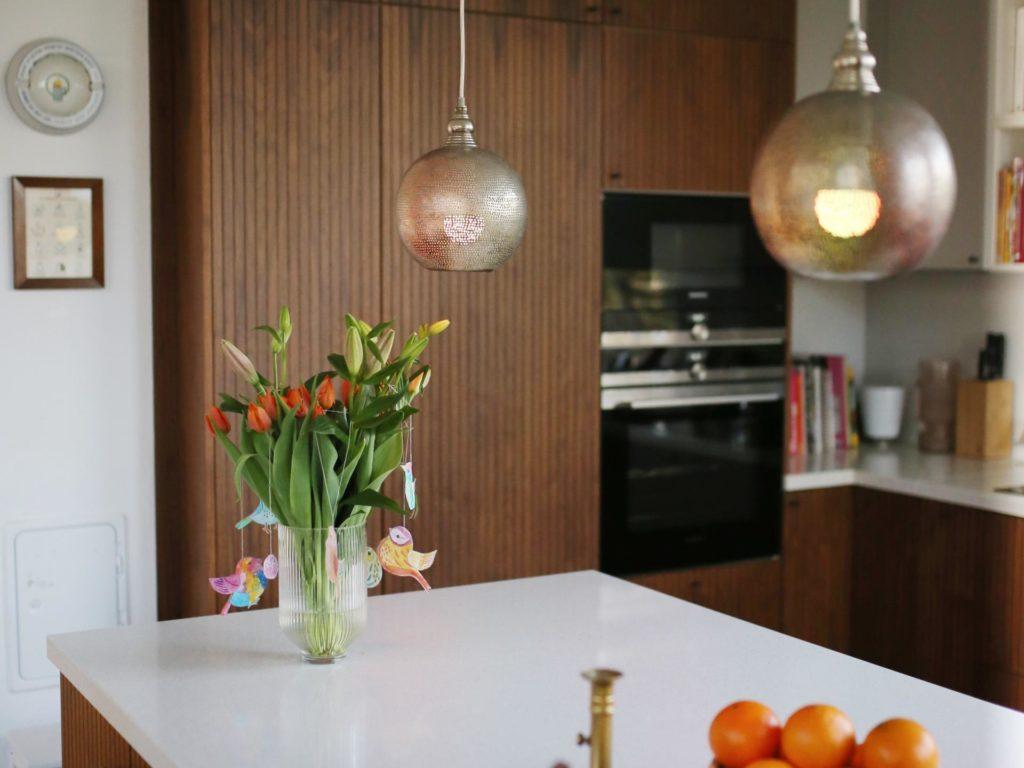 Mit WiZ ist bei uns ein drahtloses LED-Beleuchtungssystem in unsere Küche eingezogen, das mit Hilfe von WLAN und der WiZ App verbunden und über Smartphone, Tablet oder der WiZMote Fernbedienung gesteuert wird. Jeder Raum kann einzeln angepasst werden, um zu bestimmen, welche Lampe wann und in welchem Modus leuchten soll