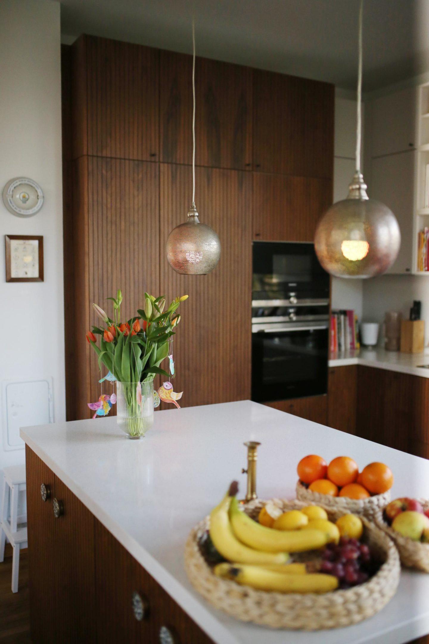 Mit WiZ ist bei uns ein drahtloses LED-Beleuchtungssystem in unsere Küche eingezogen, das mit Hilfe von WLAN und der WiZ App verbunden und über Smartphone, Tablet oder der WiZMote Fernbedienung gesteuert wird. Jeder Raum kann einzeln angepasst werden, um zu bestimmen, welche Lampe wann und in welchem Modus leuchten soll.