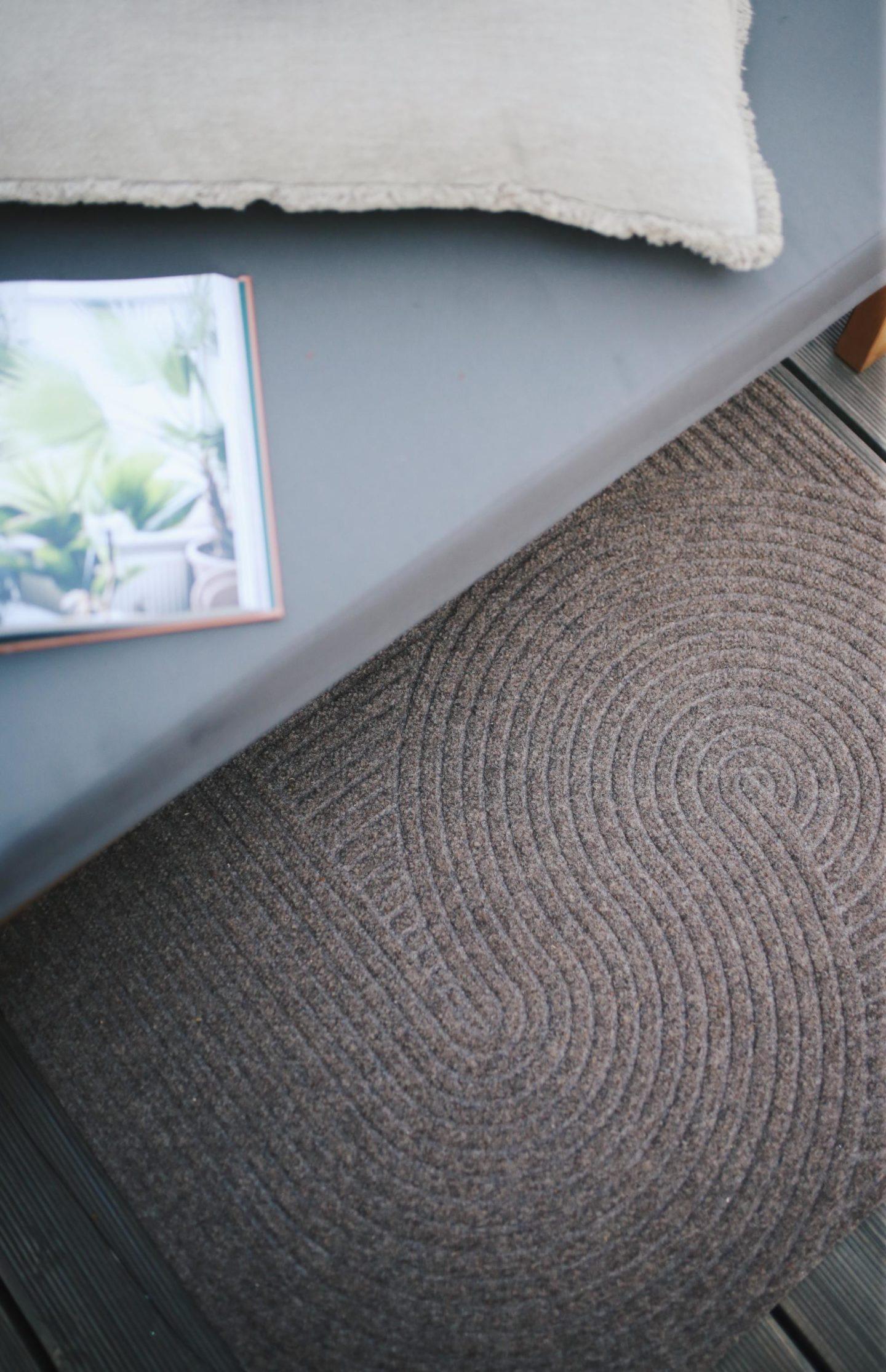 Werbung. Himmel ist das lecker! Unser Lieblingsplatz auf unserer Terrasse & das Rezept für eine moderne Charcuterie-Platte. Der Pinterest Trend 2021. Und unsere Sand Fußmatte von Heymat, beruhigend schönes Zen Feeling im norwegischen Design.