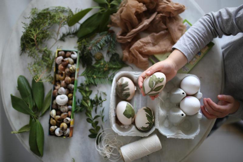 Einfacher Oster-Kinderspaß: Bunte #Ostereier mit Blättern färben #Ostereierfärben #bastelnmitkindern #ostern   Pinspiration