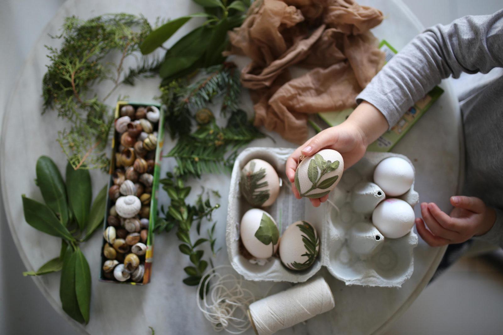 Einfacher Oster-Kinderspaß: Bunte #Ostereier mit Blättern färben #Ostereierfärben #bastelnmitkindern #ostern | Pinspiration