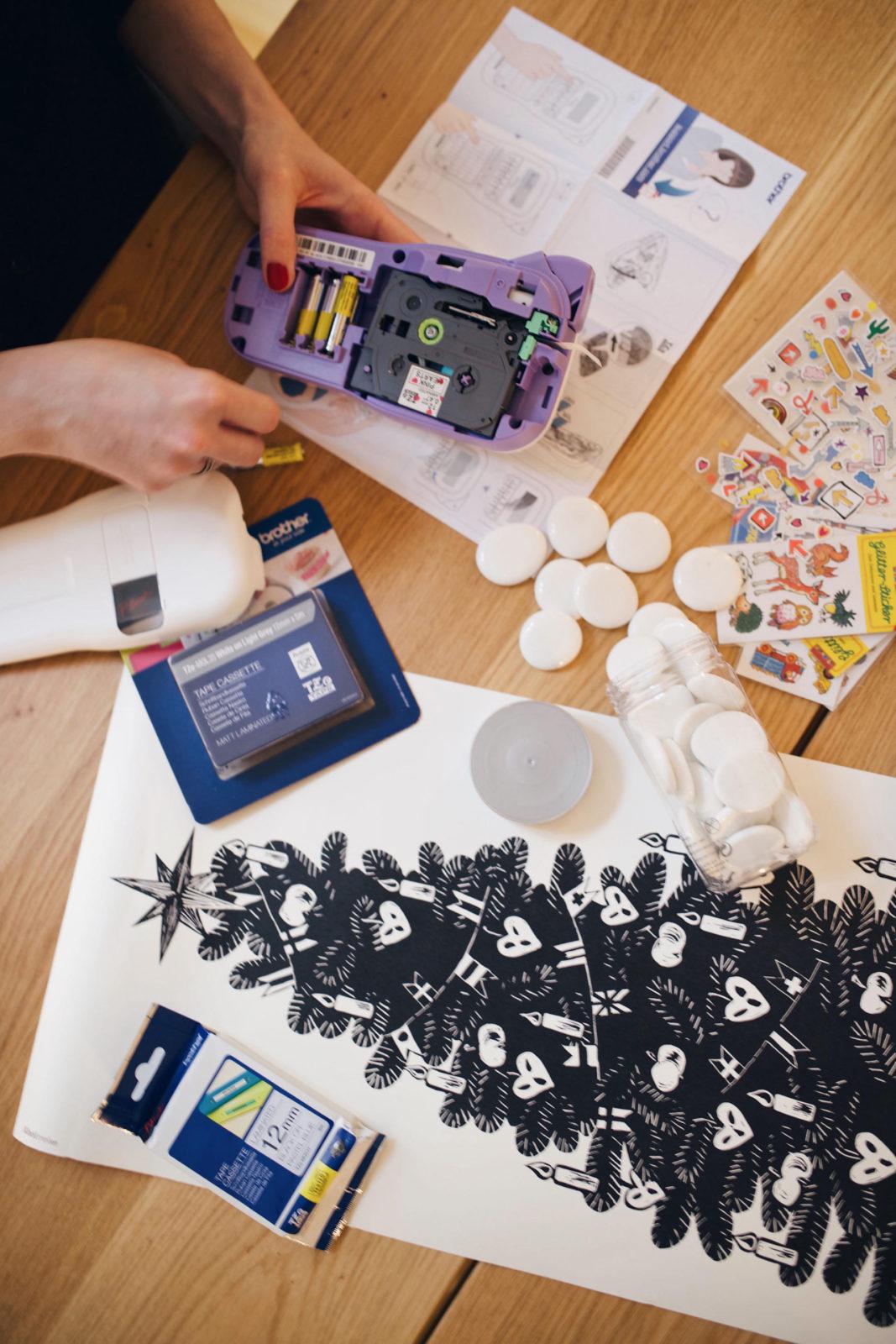 DIY-Erzaehlsteine für Kinder mit Stickern und Brother P-touch Labeln | Pinspiration