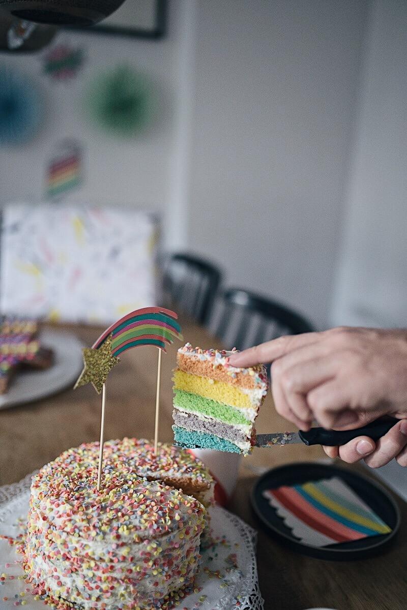 Friedrichs spritziges Regenbogen-Kindergeburtstags-Frühstück. Friedrichs 4. Regenbogen Kindergeburtstag war kunterbunt und feuchtfröhlich aufregend. Alle Details zu Dekoration und Genussmomenten jetzt auf Pinspiration | Henkell x Pinspiration #Kindergeburtstag #Regenbogengeburtstag #kidsbirthday #toddlerbirthday #regenbogenkuchen #rainbowparty #rainbowcake