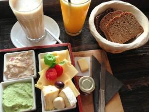 Frühstück mit Brotaufstrichen